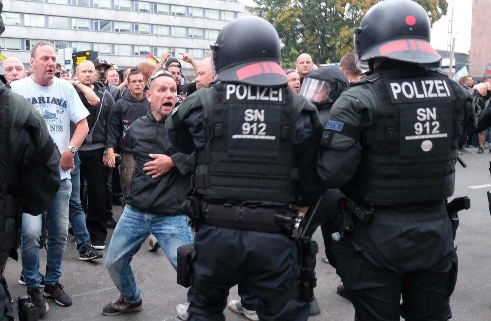 Paremäärmuslikud protestijad sattusid esmaspäeval Chemnitzis politseiga konflikti, kuid väidetavalt jõudis just politseist nende kätte arvatava välismaalasest tapja vahistamisorder.