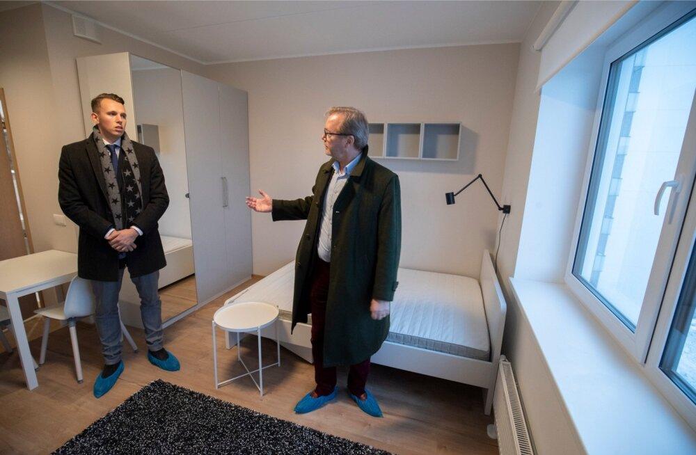 Trigon Capitali omanik ja juht Joakim Helenius (paremal) ja projekti eest vastutav Rain Koort tutvustavad Trigon Rentalsi Sääse tänava üürimaja.
