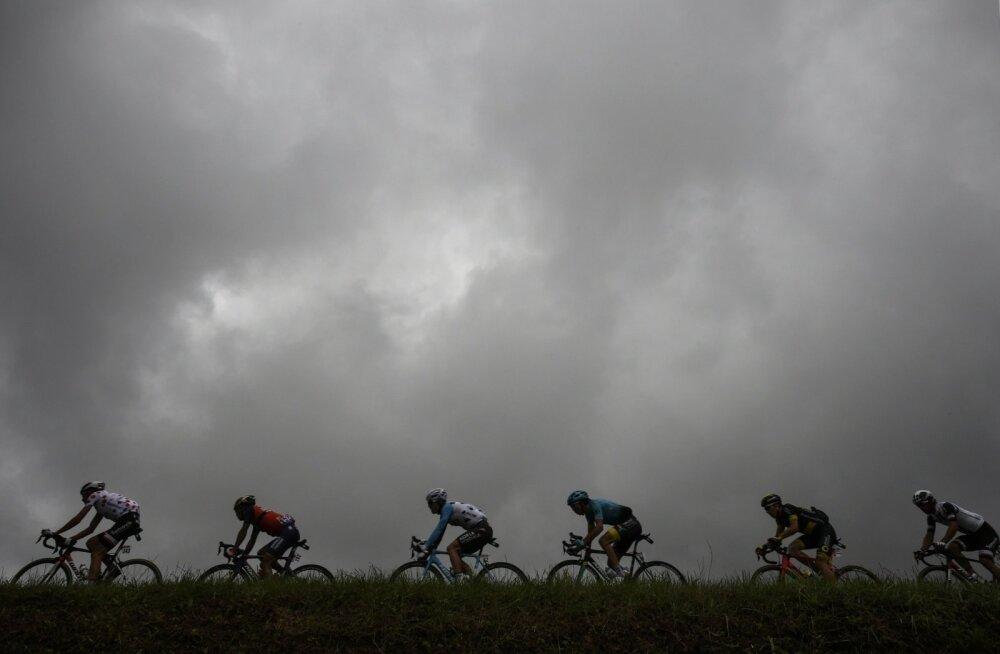 Astana ratturi kohal tumedad pilved