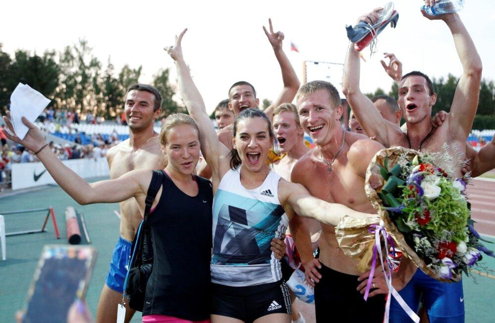efde35b0e54 Kahekordne olümpiavõitja teivashüppes, venelanna Jelena Isinbajeva  (keskel), saadab koos kolleegidega pärast Venemaa