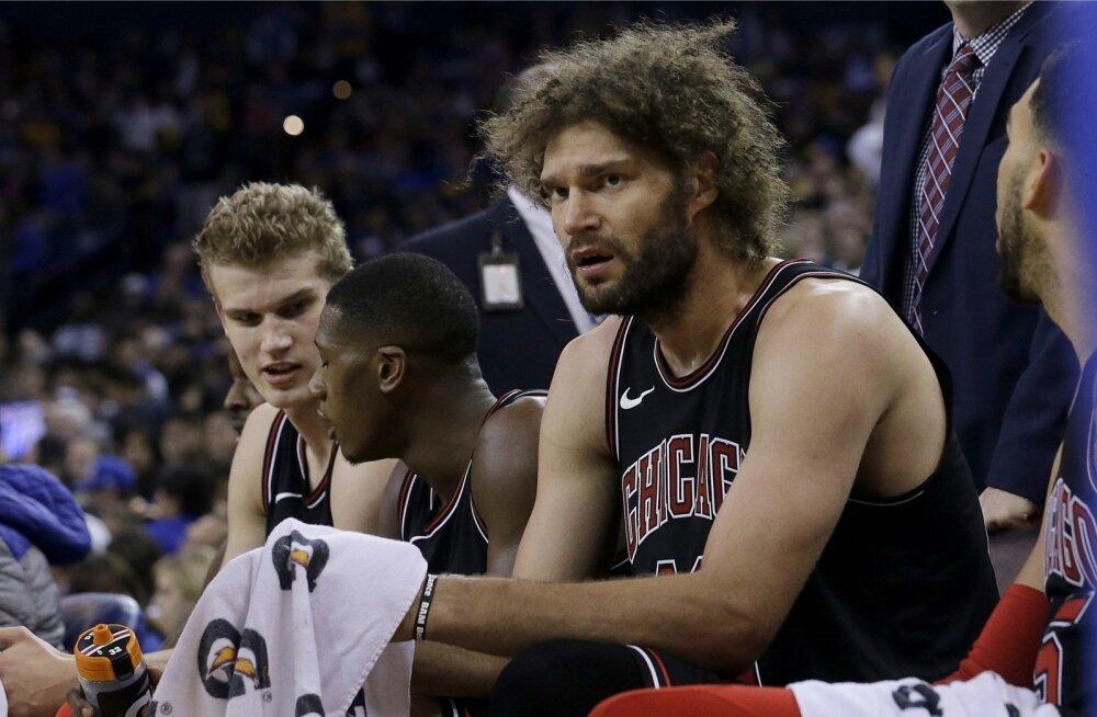 Robin Lopez (esiplaanil) peab Bullsi mänge pingilt vaatama, samal ajal kui noored eesotsas Lauri Markkaneniga (vasakul) platsil möllavad.
