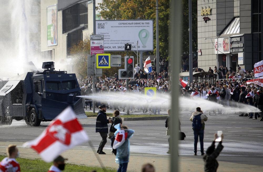 VIDEO   Minskis lasi märulimiilits protestijate laialiajamiseks käiku veekahuri