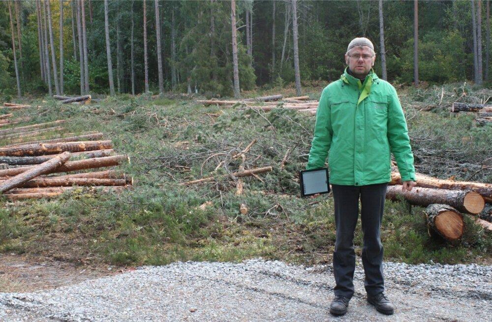 RMK metsaülem Jürgen Kusmin raielangil Klooga lähistel. Tegu on ühega kõrgendatud avaliku huviga aladest, mispuhul raietöid kohalikule rahvale tutvustatakse. Raietööd neis paigus ära ei jää, kuid kohalikega arutatakse läbi, kuidas üht või teist tööd teha.