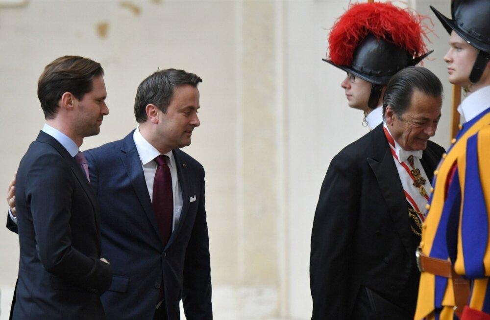 Luksemburgi peaminister Xavier Bettel (keskel) aprillis abikaasaga Vatikani külastamas.