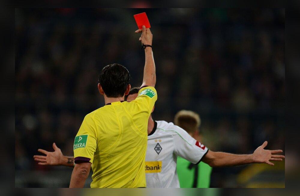 Kohtunik vibutab punast kaarti, jalgpall