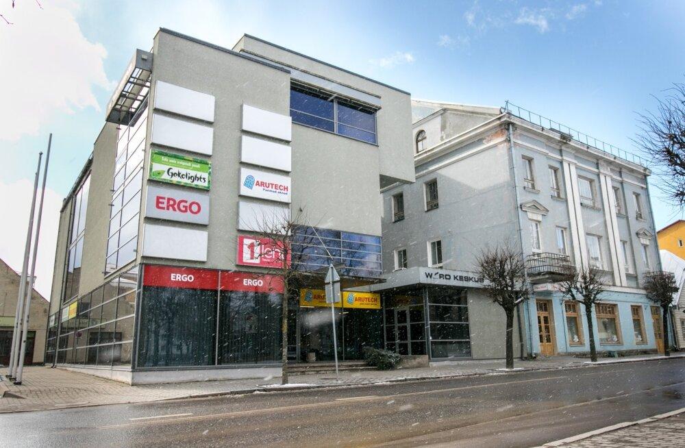 Wõro Kommerts sai õiguse ehitada Võrru Jüri tänavale neljakorruseline ärihoone (vasakul), mis varjab suuresti kõrval oleva kortermaja aknad (märgitud ala) päikese eest.