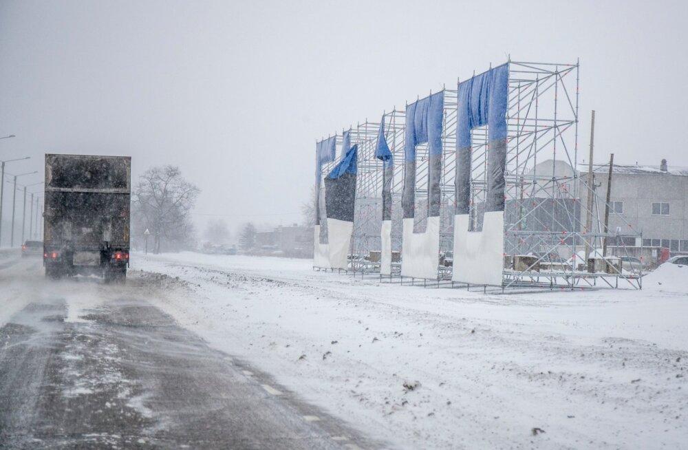 Peterburi tee ääres kõrgub EV 100 tähis