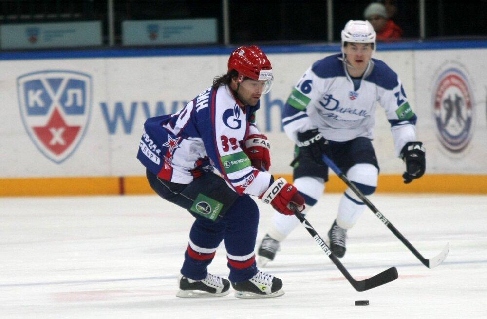 Maksim Rõbin (esiplaanil) mängib KHL-is juba pikki aastaid