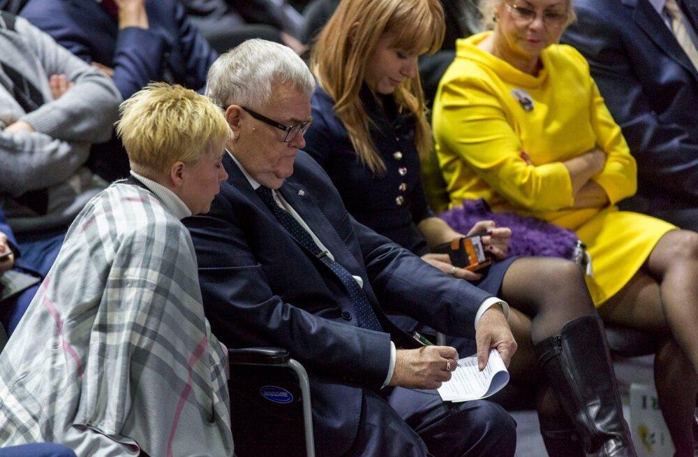 Savisaar tegi Simsoni kõne ajal märkmeid Monika Batrakova valvsa silma all