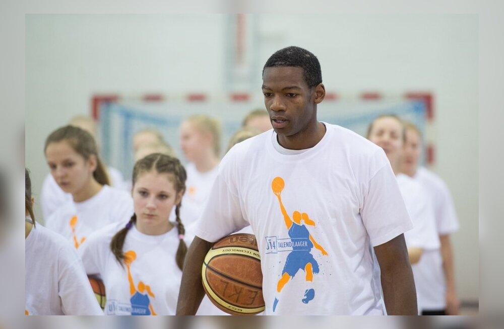 Howard Frier noortele korvpallitarkusi õpetamas