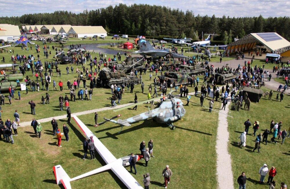 Tartu lähistel lennundusmuuseumis läinud nädalavahetusel peetud traditsioonilised Eesti Lennunduspäevad tõid vigurlende ja militaartehnikat uudistama üle 15 000 inimese.