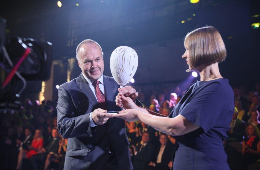 AS Hekotek juhatuse esimehele Heiki Einpaulile annab Aasta Ettevõte 2016 auhinna üle Eesti Vabariigi president Kersti Kaljulaid.