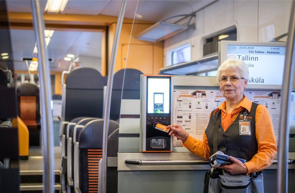 Elroni klienditeenindaja Tatjana Kuznetsova osutab uuele piletimasinale.