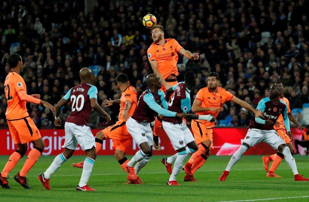 Ragnar Klavan kõrgel õhulennul kohtumises West Ham Unitedi vastu.