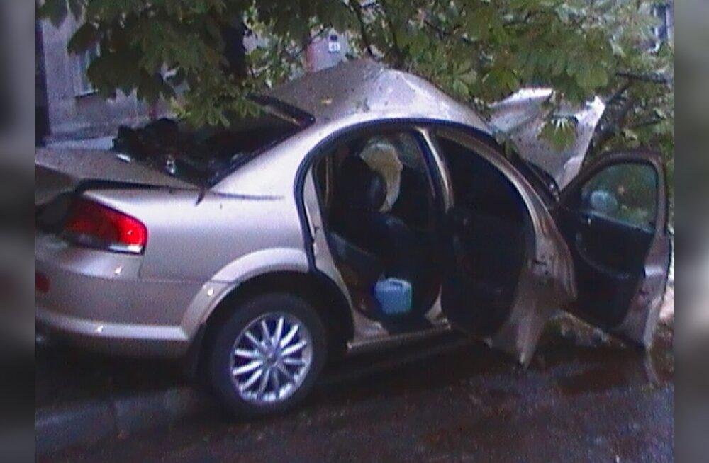 FOTOD: Chrysler kihutas vastu puud, neli inimest viidi haiglasse