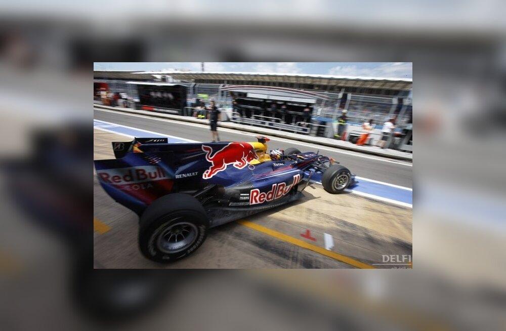 Sebastian Vettel mulluse võistlusautoga Valencias. Foto Victor R. Caivano, AP