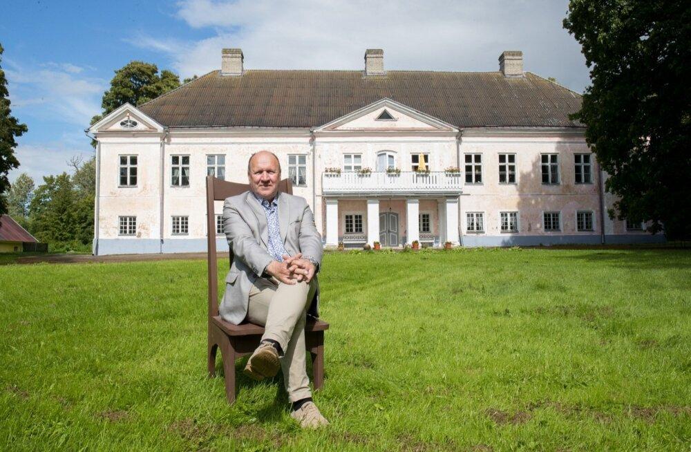 Mart Helmele kuulub Suure-Lähtru mõisahoonet majandav osaühing Suure-Lähtru Mõis, mille müügitulu on alates 2013. aastast jäänud alla 5000 euro aastas.