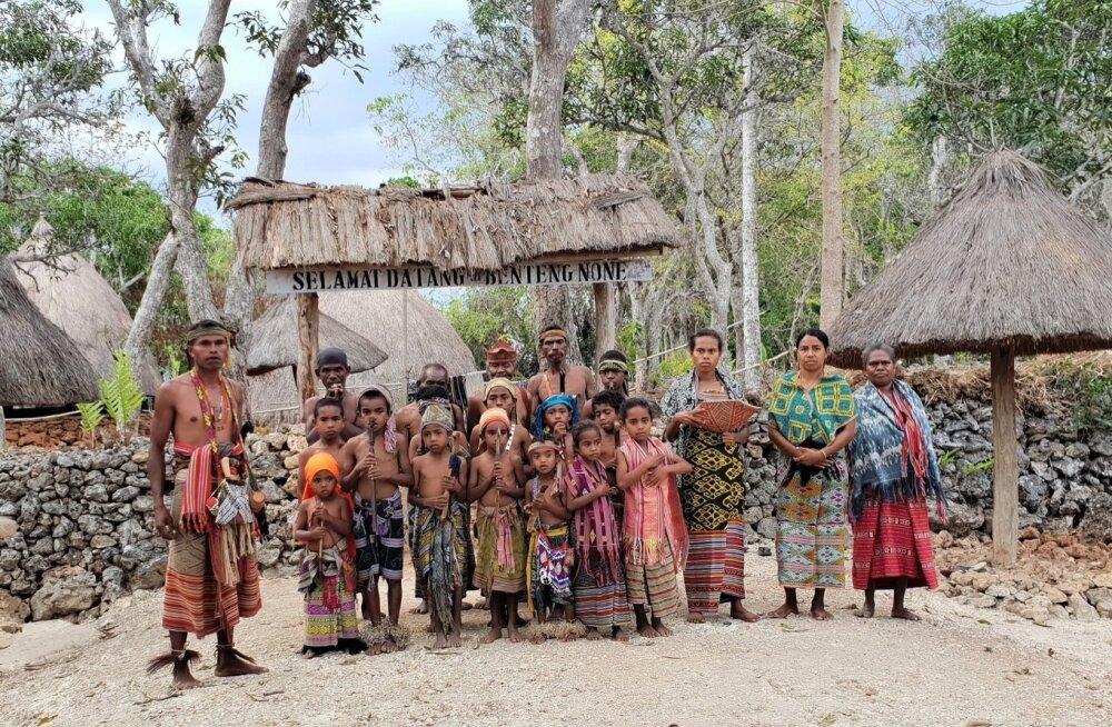 None küla väravas võtab meid vastu peamiselt lastest ja naistest koosnev delegatsioon.