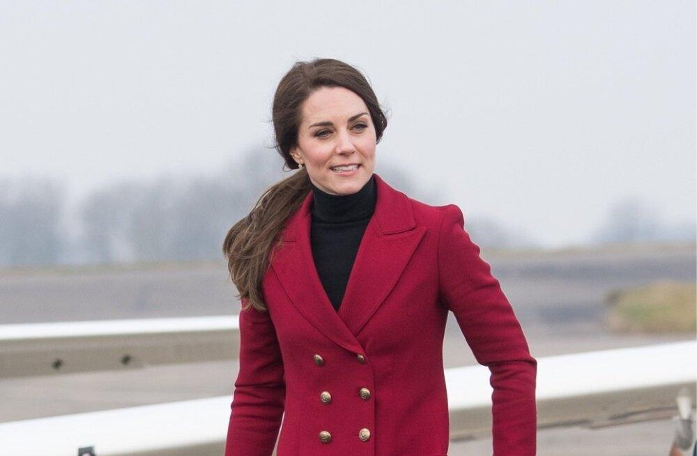 Catherine 2017. aasta veebruaris. Kitsad teksad on mugav pista põlvedeni ulatuvatesse saabastesse, aga üldiselt soosib uus aasta vabamat lõiget.