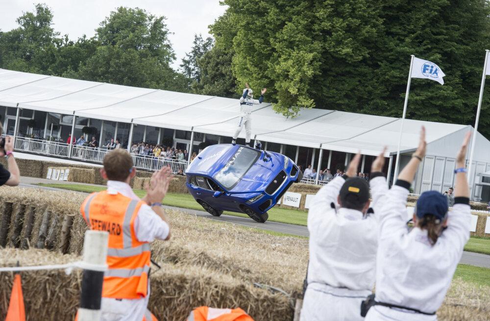 Surmasõlm ja kahel rattal edasi – vaata, mida suudab Jaguari esimene linnamaastur F-PACE!