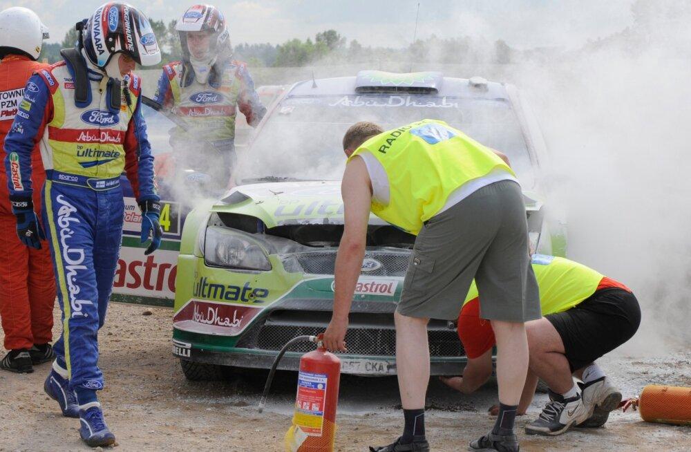 Jari-Matti Latvala auto tegi Poola rallil avarii ja süttis põlema.
