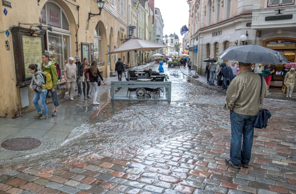 Vihma sadas ja vanalinnas lainetas