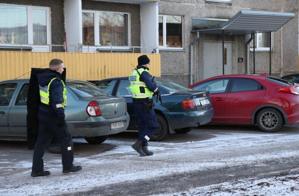 ФОТО: В Таллинне мужчина на балконе дома размахивал предметом, похожим на оружие