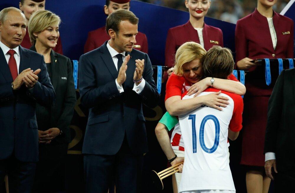 Horvaatia president Kolinda Grabar-Kitarovic õnnitleb ja lohutab MM-i parimaks mängijaks valitud Luka Modricit.