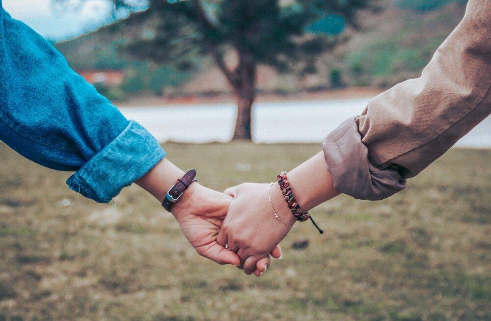 Hellalt hoia mind: see, kuidas ta sul käest kinni võtab, näitab tema tegelikku suhtumist sinusse