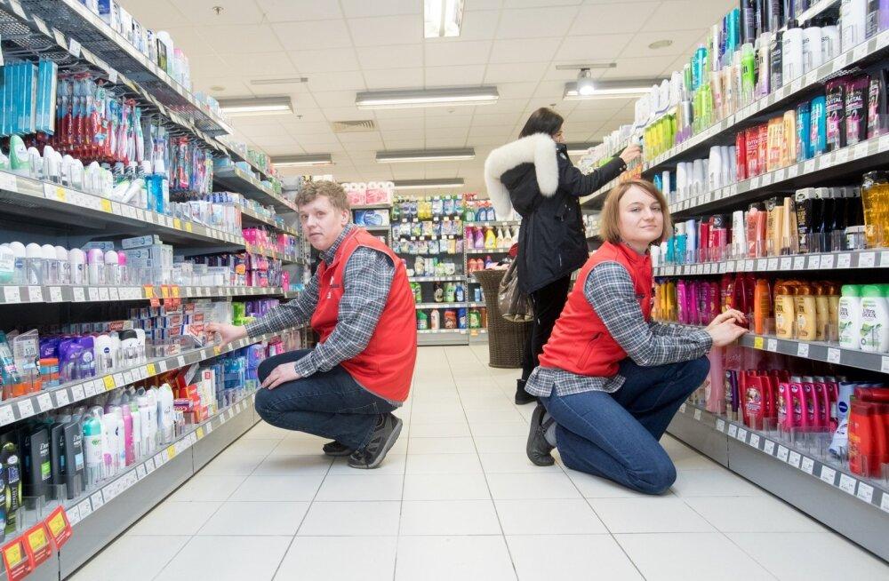 Postimaja Rimi klienditeenindajad Jekaterina Semjonova (paremal) ja Kert Lepp palgalõhe üle pead ei valuta, sest tööandja sugudepõhist palgaarvestust ei harrasta.