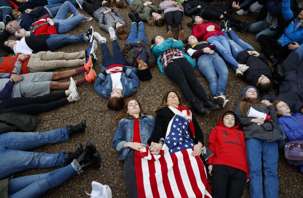 Школьники в США устроили лежачий протест против оружия у стен Белого дома