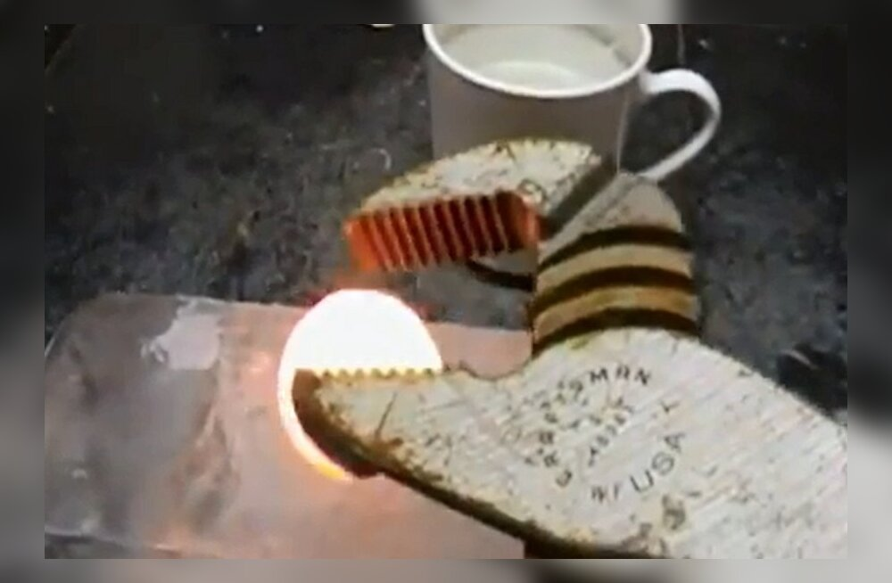 VIDEO: Mis juhtub, kui tulikuum niklikera jääkuubiku peale asetada?
