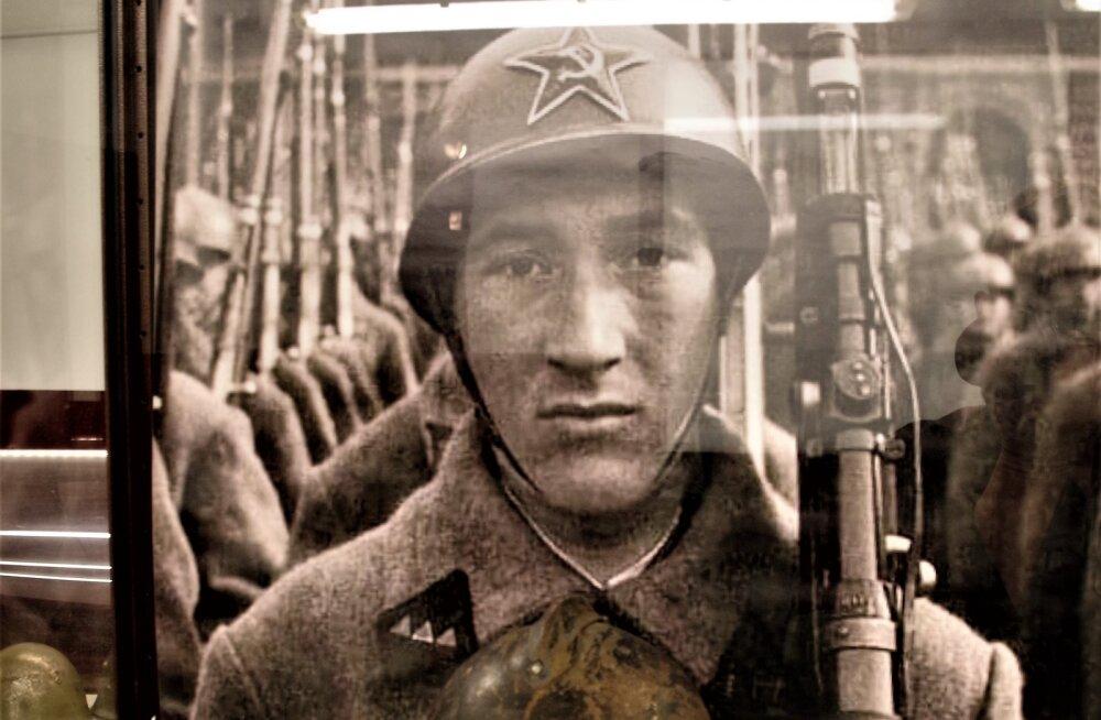 MILITAARTURISMI PÄRLEID | 20. sajandi kiivrite näitus KGB kongide muuseumis Tartus