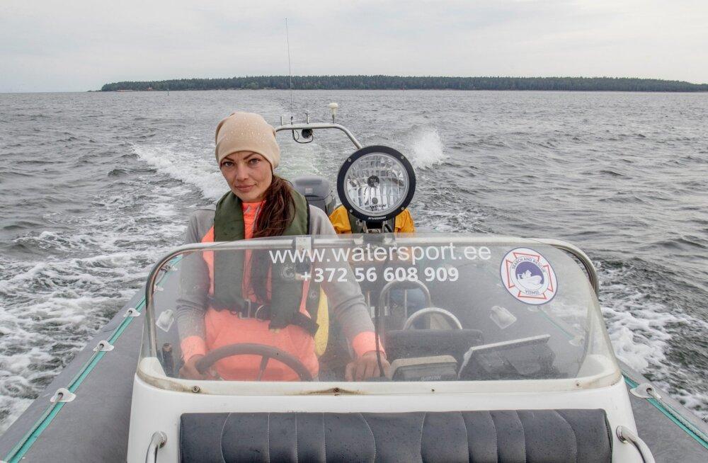 Elinor Kimmel on saarele elu sisse puhumises eesrinnas. Taustal paistab Aegna saar.