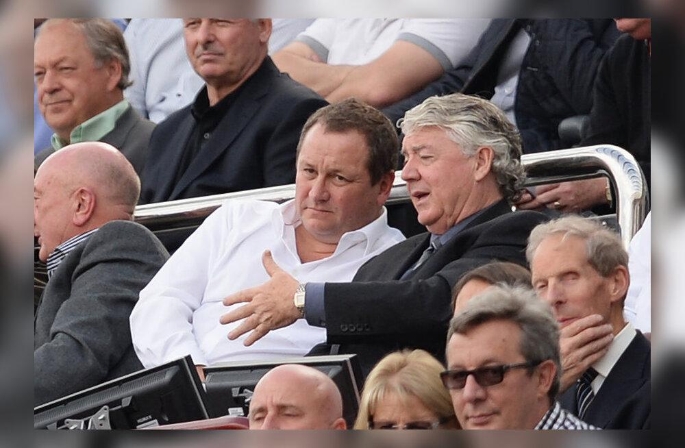 Keskel Newcastle`i omanik Mike Ashley  (valge särgiga) kuulab Joe Kinneari