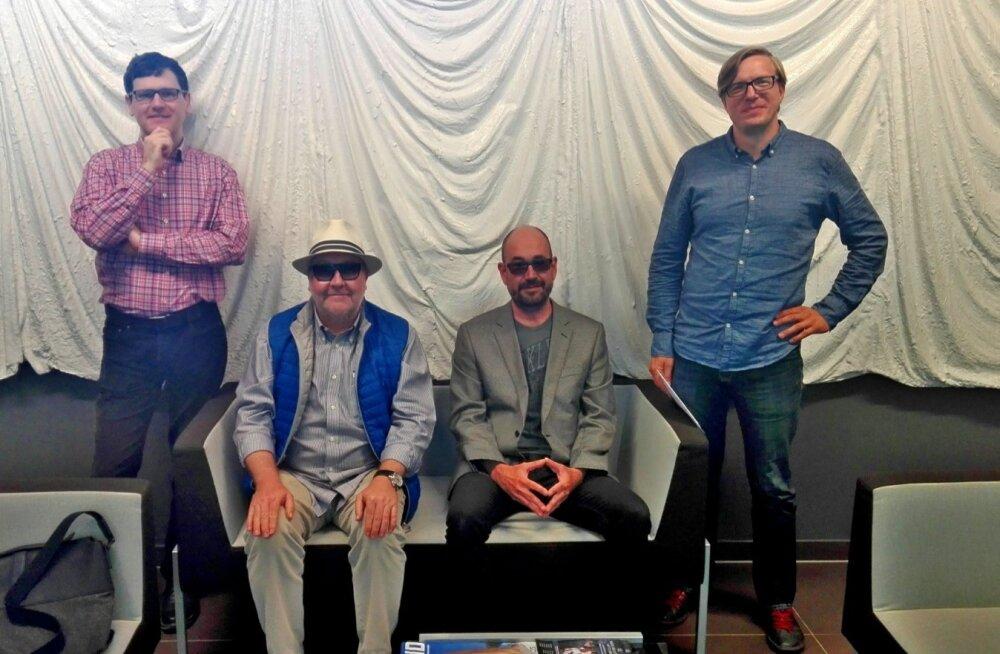 """Pildile on jäänud osa """"Ülbete üheksakümnendate"""" seltskonnast: Peeter Helme, Marek Reinaas, Asko Künnap ja Urmas Vadi. Saatesari on eetris 10.–14. juulini kell 14.05."""
