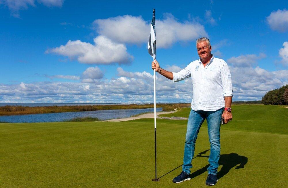Peter Hunt ütleb enda Tahkuranna golfiväljakul võidukat poosi võttes, et tegemist on küll Eesti kalleima väljakuga, aga golfisõbrad oskavad kvaliteeti hinnata.