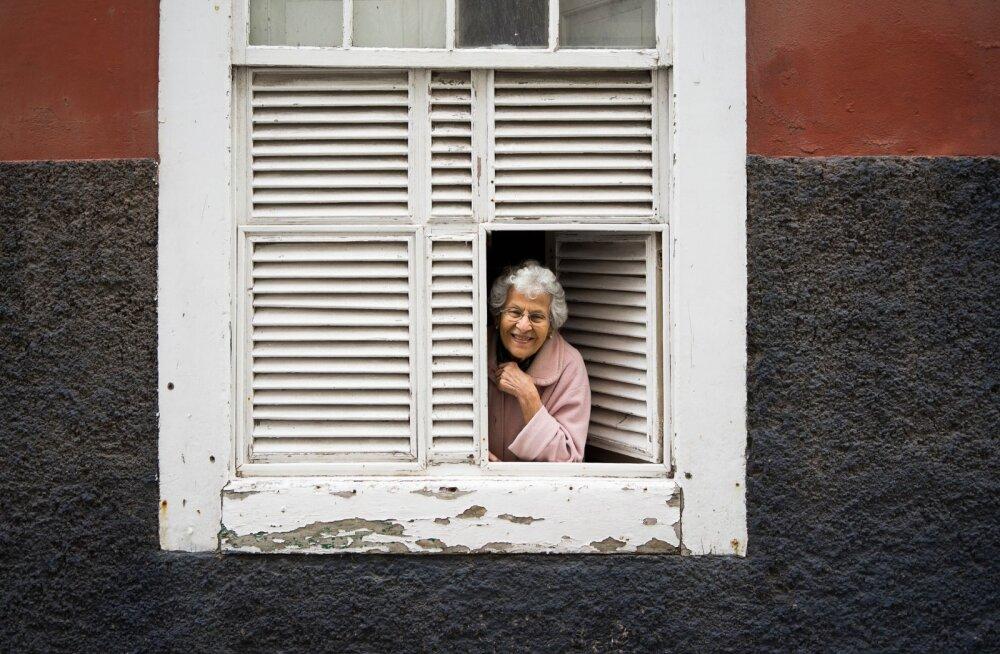 KLÕPS | Kuidas naabreid tõeliselt ehmatada: tunde aknal seisnud naisterahvas tekitas ümberkaudsetes tõsist mure