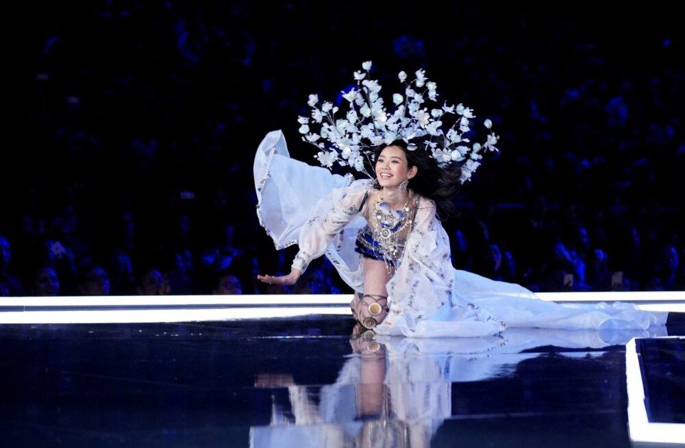 Oih! Modell Ming Xi kukkus Victoria's Secreti moeetendusel käpuli