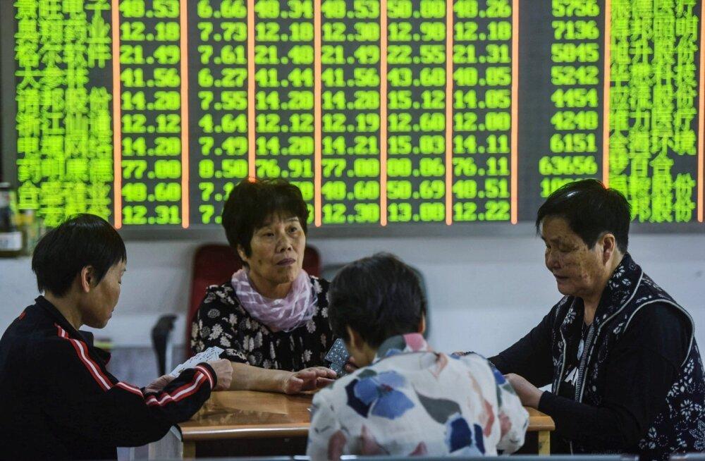 Hiinas ei lasknud investorid end maaklerfirmas aktsiate kukkumise pärast kauplemise peatamisest häirida ja hakkasid kaarte mängima.