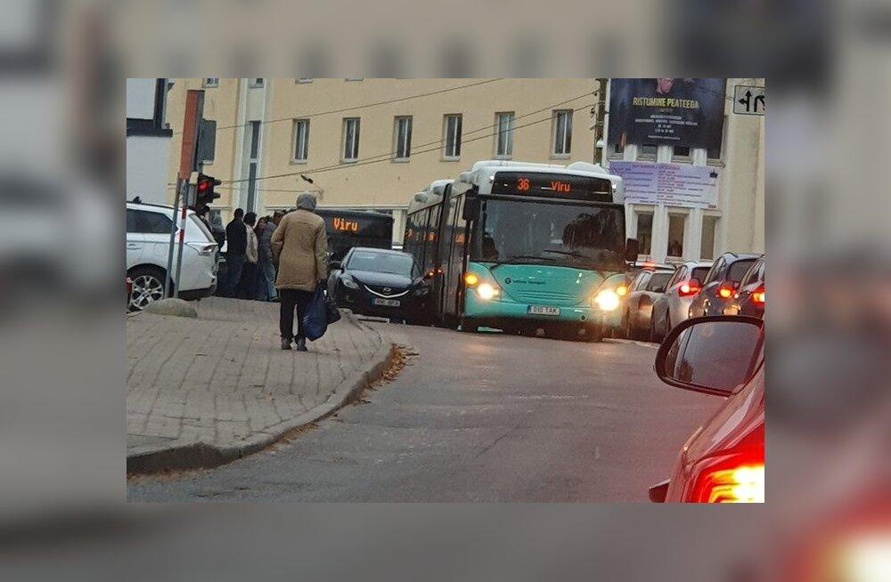 FOTO | Nõmmel jäi teele pargitud sõiduki küljepeegel bussile ette, pidurdanud bussis kukkunud laps viidi haiglasse