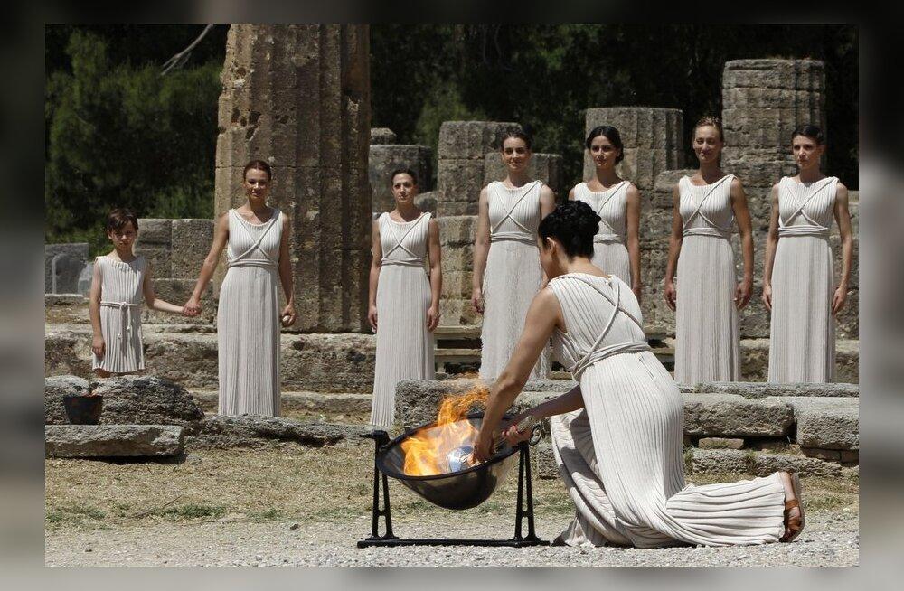 FOTOD: Kreekas süüdati Londoni olümpiamängude tuli
