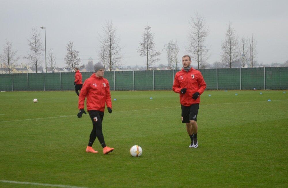 Ragnar Klavan (paremal) valmistub Augsburgi ja Liverpooli Euroopa liiga kohtumiseks. Ta usub, et Augsburgil on ideaalse soorituse ja õnne kaasabil võimalus Inglismaa meeskonda võita.
