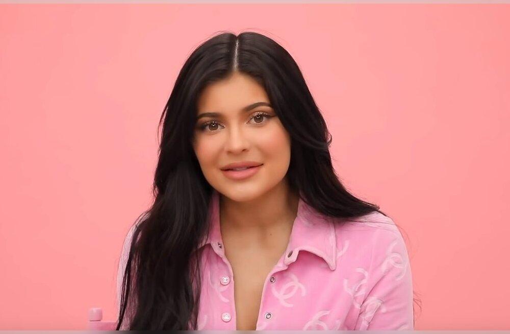 KLÕPS | Vaata, millised on Kylie Jenneri juuksed tegelikult: suurte parukate alla ei olegi eriti midagi jäänud!