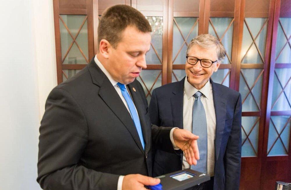 Peaminister Jüri Ratas andis e-residendi tunnistuse Microsofti asutajale Bill Gatesile tänavu oktoobris Brüsselis.