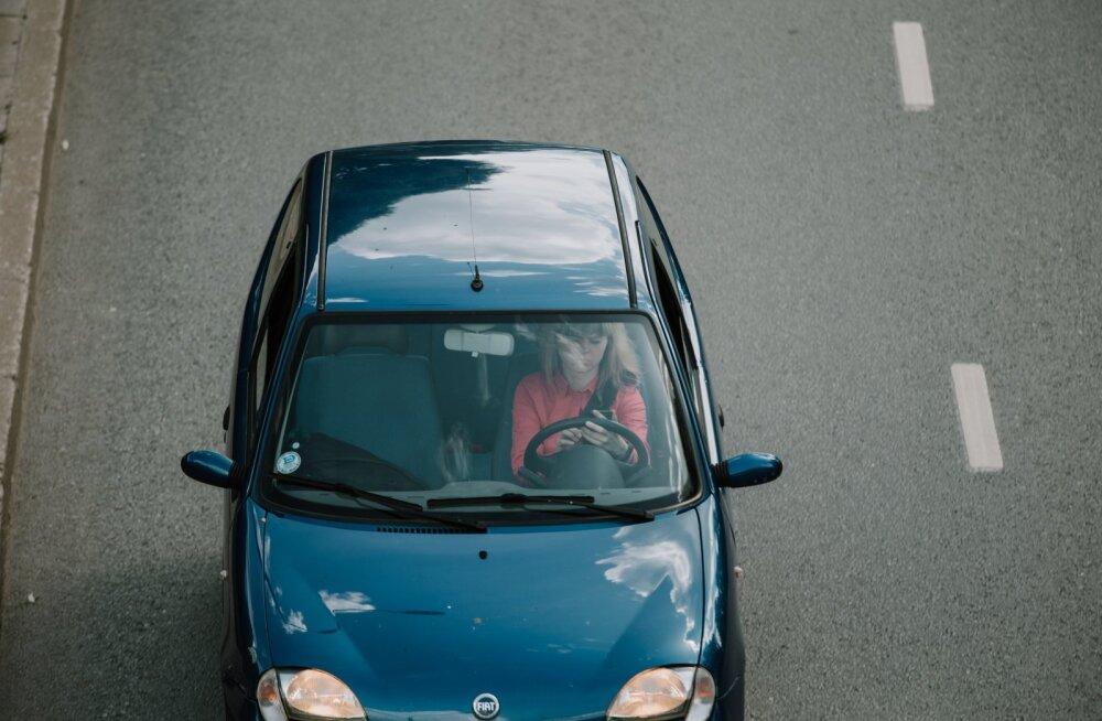 Tartu autojuhid tegelemas kõrvaliste asjadega