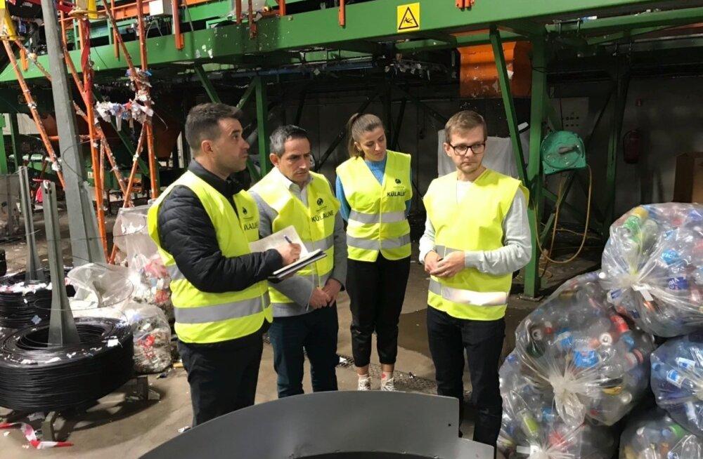 Eesti Pandipakendi tegevjuht Kaupo Karba (paremalt esimene) tutvustab Kosovo keskkonnaministrile Ferid Aganile (vasakult teine) meie pandipakendisüsteemi.