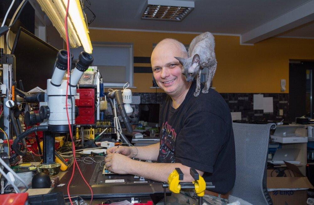IT Bussi omanik ja tehnik Thomas Gross usub, et kõige töökindlam teler on selline, mis mõeldud peamiselt telepildi vastuvõtmiseks, mitte internetis surfamiseks. Kass Barbi jälgib toimuvat huviga.