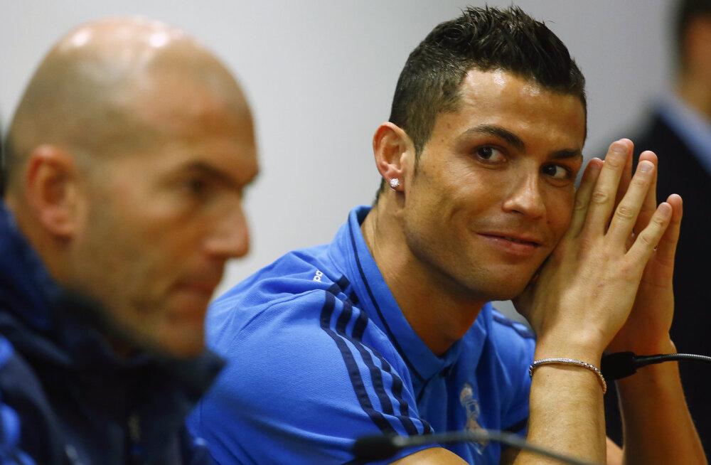 Cristiano Ronaldo jalutas mängueelselt pressikonverentsilt poole pealt minema