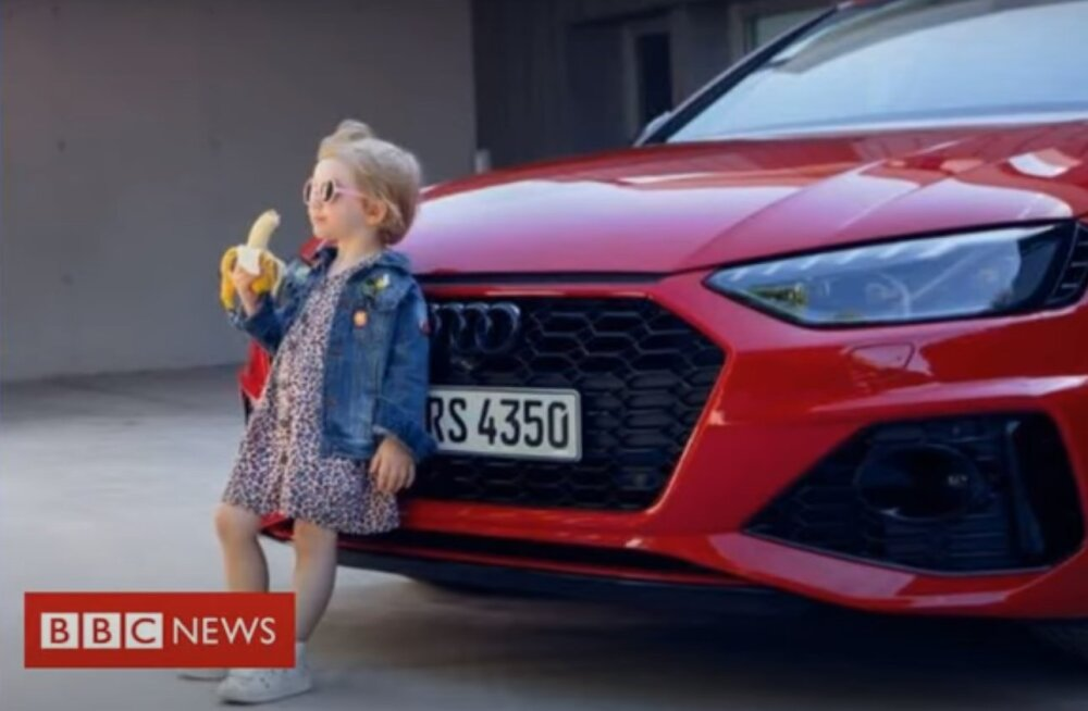 Audi разместила рекламу с девочкой с бананом. Она возмутила сразу многих